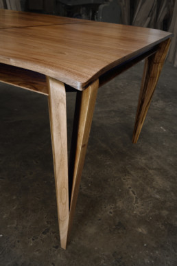 Table Noyer/ébène detail angle